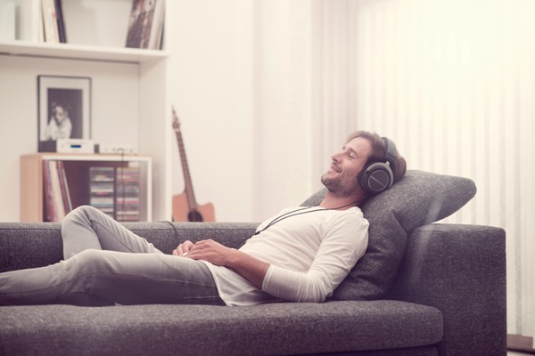 PIC_Amiron-home_16-09_Guy-couch_v1