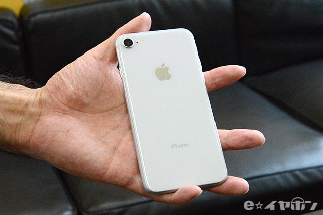 iPhone8 ガラスが採用された背面。つやつやとしている。