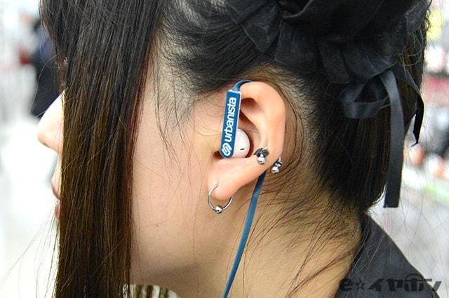 フラットケーブルで、耳掛けしにくい例 耳掛け装着時