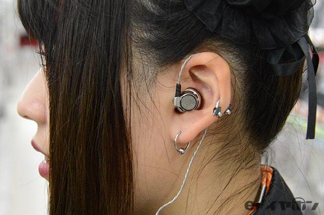 耳掛けがしやすいタイプの例 耳掛け装着時