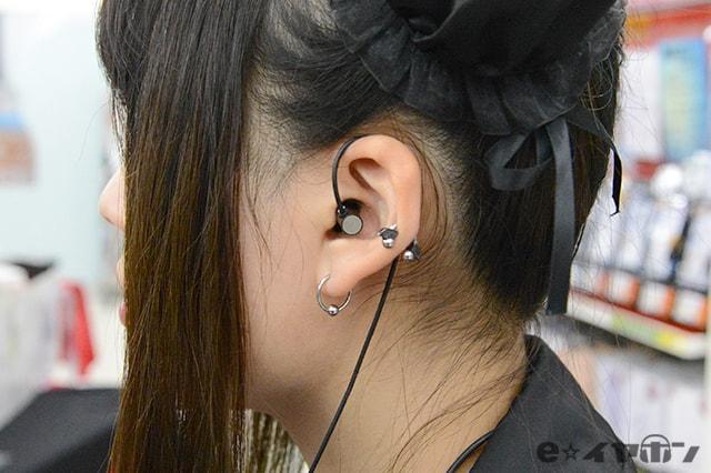 シンプルな形のカナル型イヤホン 耳掛け装着時