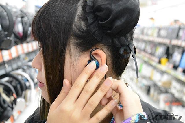 ケーブルを耳の後ろに回し、少し引っ張って装着感を確かめます。