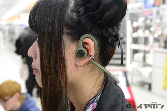 本体そのものが耳掛けフックと一体になっているタイプのイヤホンもあります。