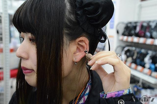耳に挟んで装着する新世代なイヤホンも!
