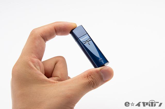 指で摘まめてしまう、USBメモリサイズ!